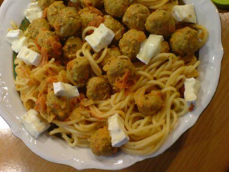 Przepis: Spaghetti w pomidorach z klopsikami i camembert
