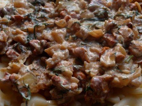 Przepis: Aromatyczne kurki w sosie śmietanowym z koprem