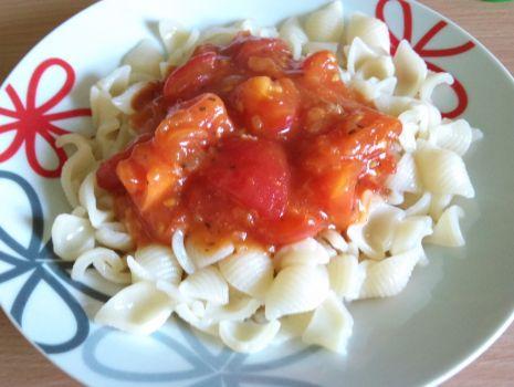 Przepis: Muszelki w sosie pomidorowym