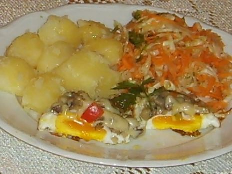 Przepis: Jajka sadzone pod pieczarkową pierzynką