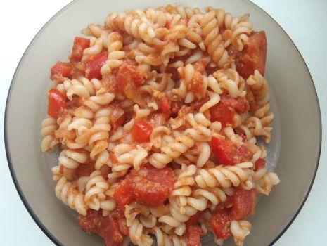 Przepis: Makaron z tuńczykiem i pomidorami