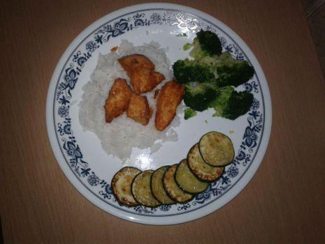 Przepis: Ryż z kurczakiem, brokułem i smażoną cukinią