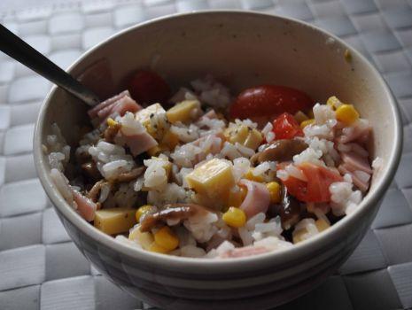Przepis: Sałatka z ryżem i serem żółtym