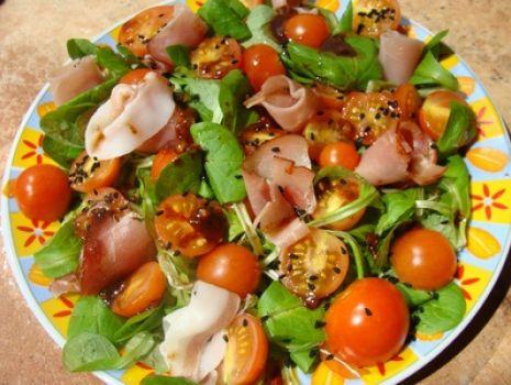 Przepis: Sałatka z roszpunką, pomidorkami i czarnuszką