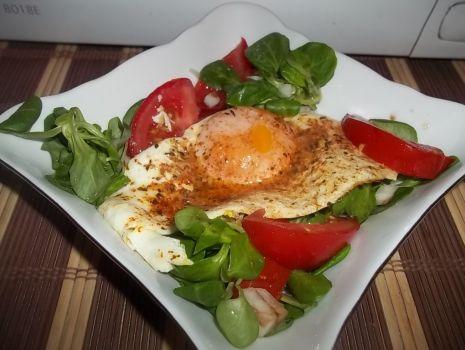 Przepis: Sałatka z jajkiem sadzonym