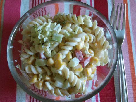 Przepis: Sałatka makaronowa z warzywami