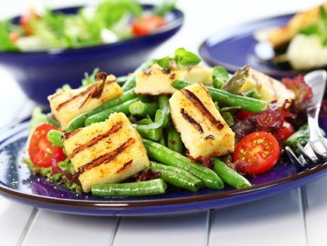 Przepis: Sałatka z grillowanym serem żółtym, fasolką szparagową i pomidorami