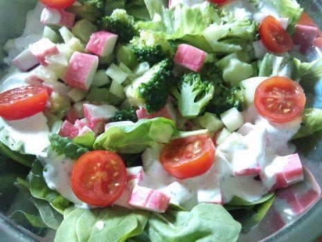 Przepis: Sałatka z surimi i brokułami