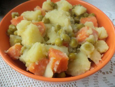 Przepis: Ziemniaki z marchewką i groszkiem