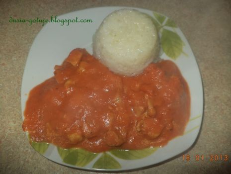 Przepis: Kurczak w sosie pomidorowo-paprykowym