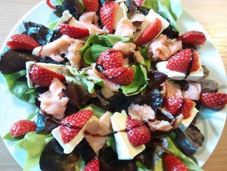 Przepis: Sałatka z truskawką i łososiem
