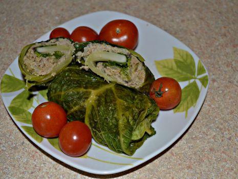 Przepis: Zapiekane gołąbki z kapusty włoskiej z pieczarkami i cebulką