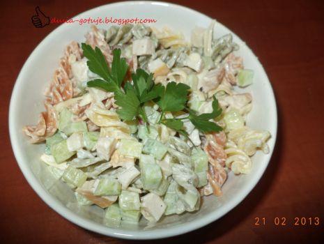 Przepis: Sałatka z kolorowym makaronem i kurczakiem wędzonym