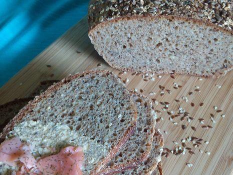 Przepis: Chleb pszenno-orkiszowy z ziarnami na zakwasie