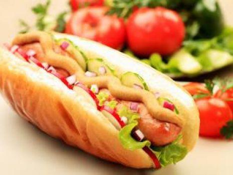 """Przepis: Hot-dogi z """"Parówkami z szynki"""" i warzywami"""
