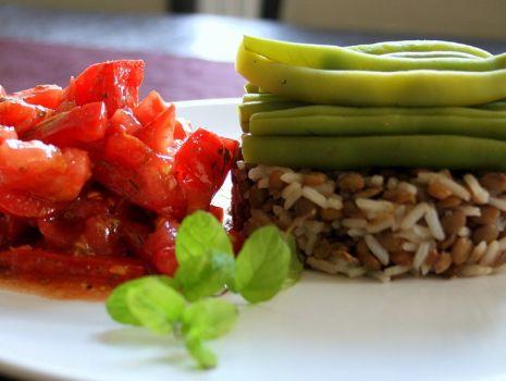 Przepis: Ryż z soczewicą, sałatka z pomidorów i fasolka