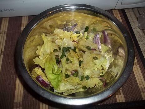 Przepis: Prosta surówka z sosem czosnkowo-ziołowym