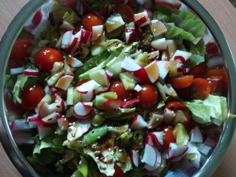 Przepis: Sałatka z rzodkiewką, ogórkiem i pomidorkami