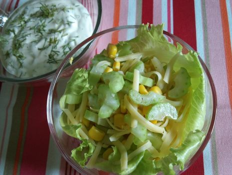 Przepis: Sałatka z selerem i kukurydzą