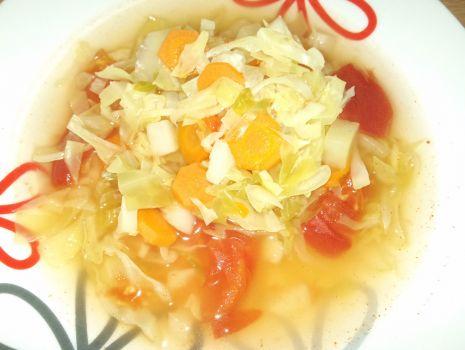 Przepis: Zupa z młodą kapustą i pomidorem