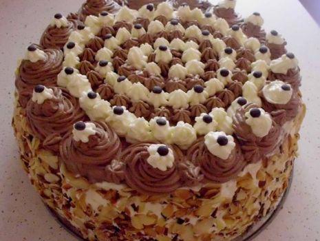 Przepis: Tort śmietankowo-czekoladowy z migdałami