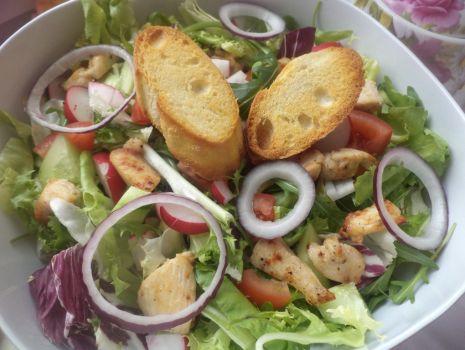 Przepis: Filet z indyka z pyszną sałatą i grzankami