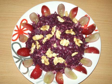Przepis: Kapusta czerwona z orzechami i winogronami
