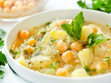 Przepis: Zupa z kiszonej kapusty i cieciorki z ziemniakami