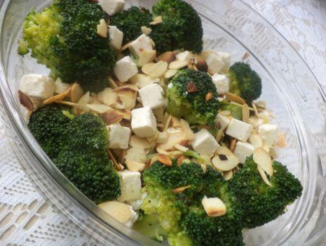 Przepis: Brokuły z fetą i migdałami prażonymi