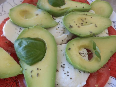Przepis: Pomidory z avocado i mozzarellą