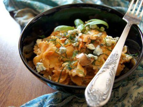 Przepis: Farfalle w sosie pomidorowym z serem pleśniowym