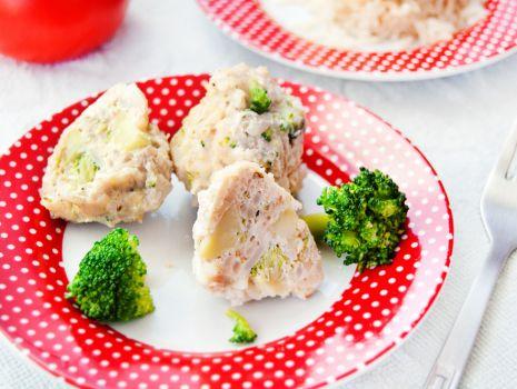 Przepis: Pulpeciki drobiowo – ryżowe z kawałkami brokuła