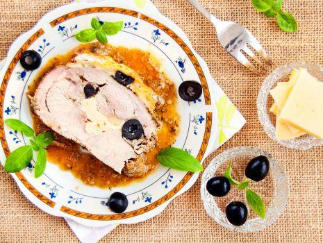 Przepis: Udziec z indyka pieczony z camembertem, oliwkami i żółtym serem
