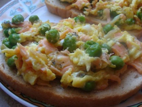 Przepis: Jajecznica z groszkiem i wędzonym łososiem