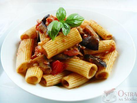 Przepis: Makaron rigatoni z sosem z słodkich pomidorów , bakłażana i mozzarelli