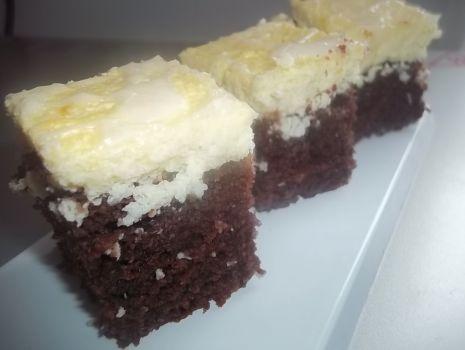 Przepis: Kakaowe ciasto z twarogiem i kokosem