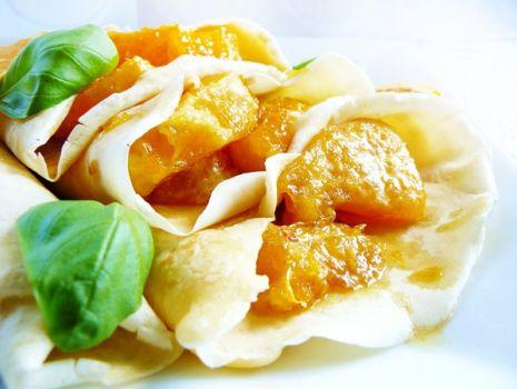 Przepis: Naleśniki z karmelizowanymi pomarańczami w słodkim sosie