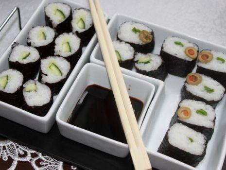 Przepis: Sushi z oliwkami i ogórkiem