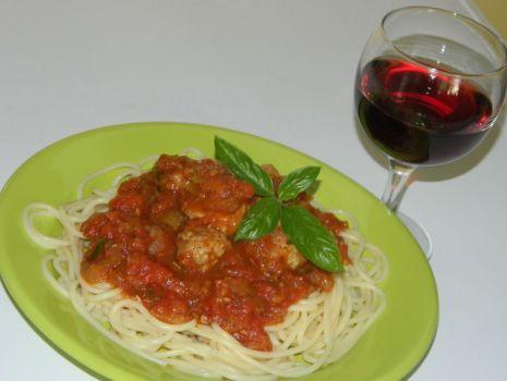 Przepis: Spaghetti z sosem pomidorowym i pulecikami