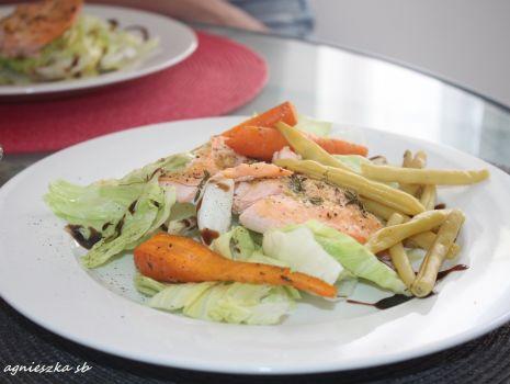 Przepis: Łosoś pieczony z warzywami