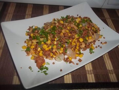 Przepis: Sałatka z kaszy gryczanej i tuńczyka