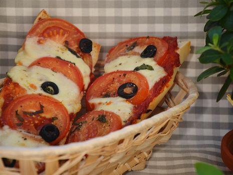 Przepis: Zapiekane ciabatty z mozzarellą i pomidorami