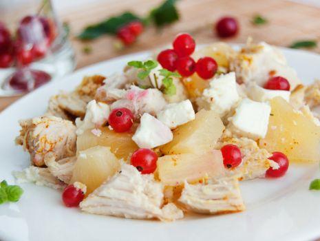 Przepis: Kurczak z porzeczkami, ananasem i serem feta