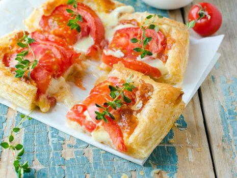 Przepis: Ciasto francuskie z pomidorami