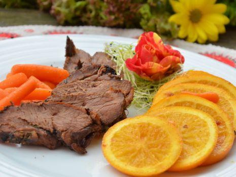 Przepis: Pierś z kaczki pieczona, podawana z karmelizowanymi pomarańczami i marchewką