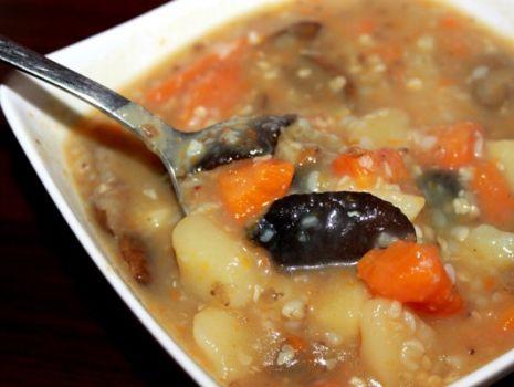 Przepis: Pyszna zupa z kaszą i grzybami