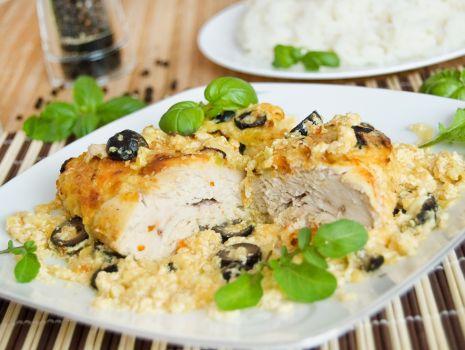 Przepis: Filet pod porowo-serową pierzynką z czarnymi oliwkami