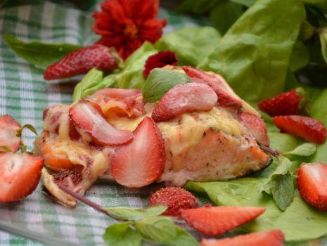 Przepis: Łosooś z zapiekany z truskawkami