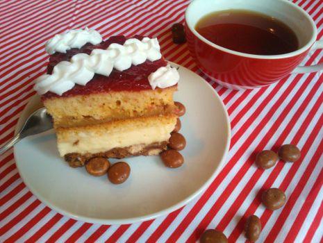 Przepis: Ciasto z krówką, budyniem i czekoladowymi kulkami