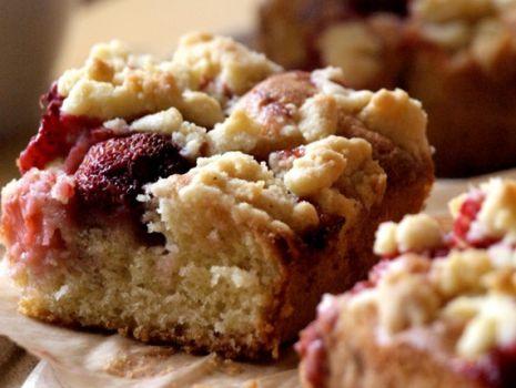 Przepis: Ciasto ucierane z truskawkami i kruszonką